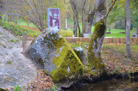 Rozentāla akmens Kalnsētas parkā_450