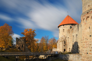 cesu-pilsdrupas-rietumu-tornis-latvia-travel_300