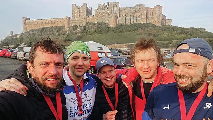 """Rimants Liepiņš kopā ar """"Engures sportam"""" sportiskākajiem džekiem apmeklē Ziemeļjūras 57 kilometru """"Endurancelife Northumberland"""" ultra skrējienu."""
