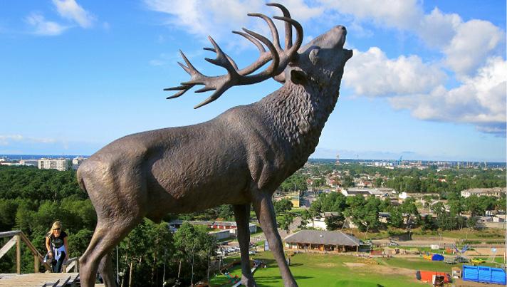 """Ventspils piedzīvojumu parka kalna virsotnē novietotā G. Panteļejeva skulptūra """"Staltbriežiem Kurzemē - 100"""""""