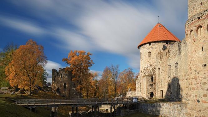 cesu-pilsdrupas-rietumu-tornis-latvia-travel
